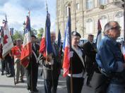 Les porte-drapeaux rangés en colonne par 2