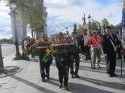 Les gerbes se placent devant les drapeaux