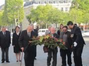 dépôt de gerbe par le Président National de l'ANACR (à gauche)