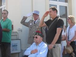 Anciens combattants, militaires de réserve et d'active rendent les honneurs.